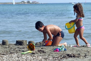 Να έλθουν με τα κουβαδάκια τους στις δικές μας παραλίες…